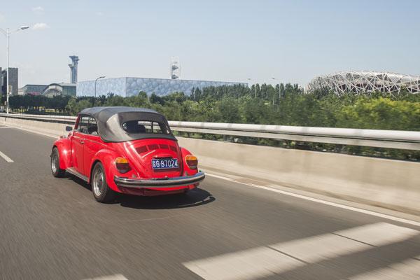 驾新老两代大众甲壳虫车型高清图片