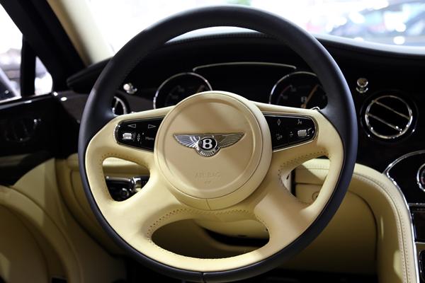"""手握方向盘,目视前方,体验一下当""""宾利驾驶员""""的感觉."""