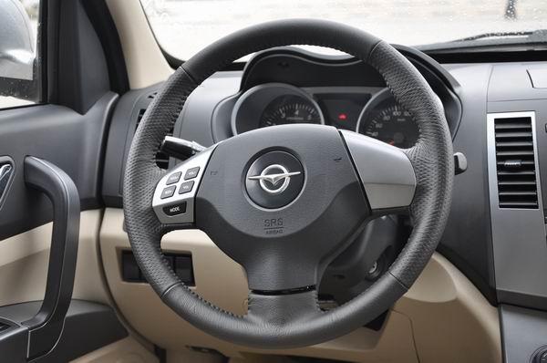 方向盘的左右分别为灯光调节开关,音量控制键和雨刮调节开关等.