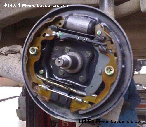 要尽量避免连续刹车造成刹车片因高温而产生热衰退