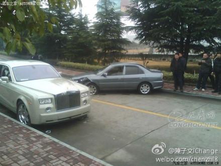 天价车祸 江苏一辆无牌劳斯莱斯被撞坏